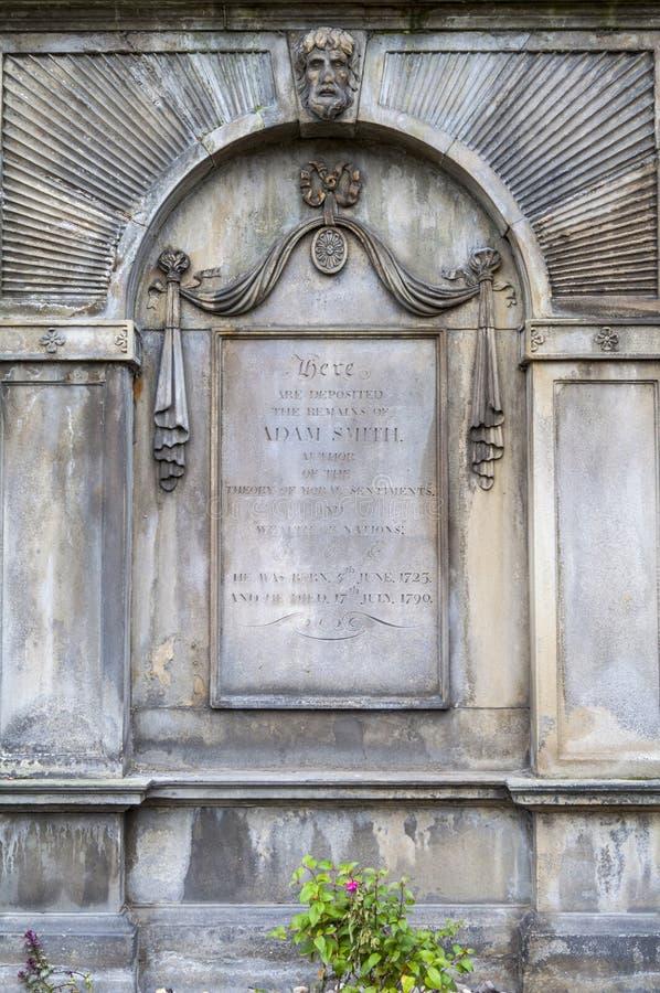 Grav av Adam Smith i Edinburg arkivbild