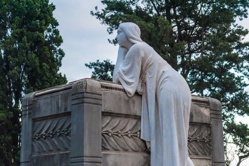 Grav med skulptur av kvinnan på den Montjuic kyrkogården, Barcelona, Spanien arkivbild