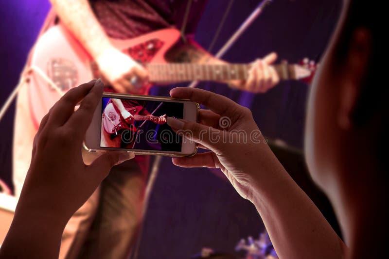 Gravação de Smartphone uma apresentação musical imagens de stock royalty free