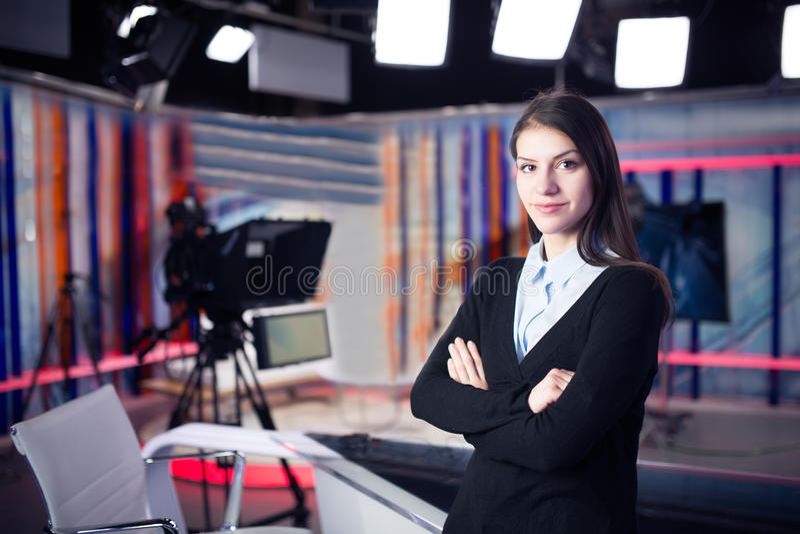 Gravação do apresentador da televisão no estúdio da notícia Âncora fêmea do journalista que apresenta o relatório comercial, grav fotos de stock