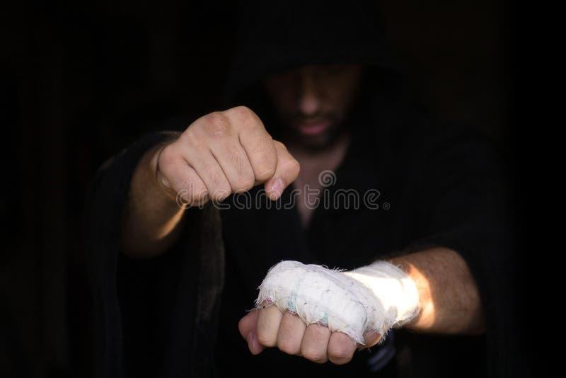 Gravação profissional Mãos do pro pugilista com a atadura nos punhos antes da luta O lutador profissional é preparado no imagem de stock royalty free