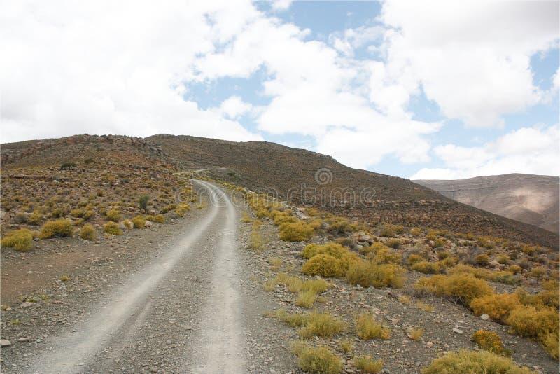 Grava/camino de tierra encima de un paso imagenes de archivo