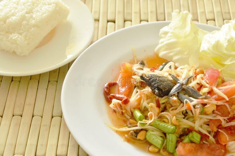 Gravade Somtum fångar krabbor den thailändska kryddiga gröna papayaen och svart sallad med klibbiga ris royaltyfri foto