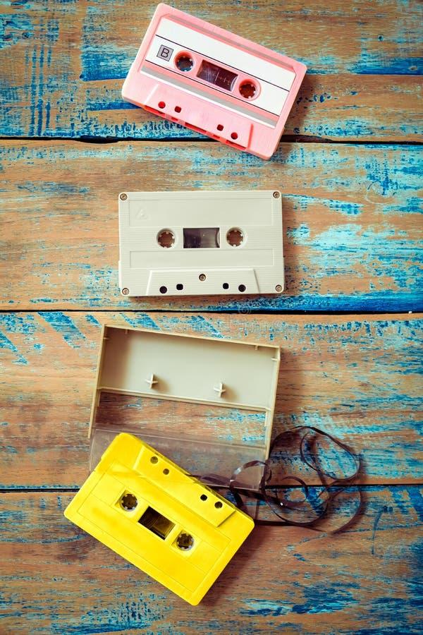Gravador de cassetes da fita do vintage no fundo de madeira foto de stock