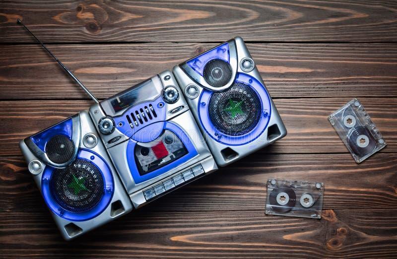 Gravador do vintage com oradores e cassetes áudio fotografia de stock