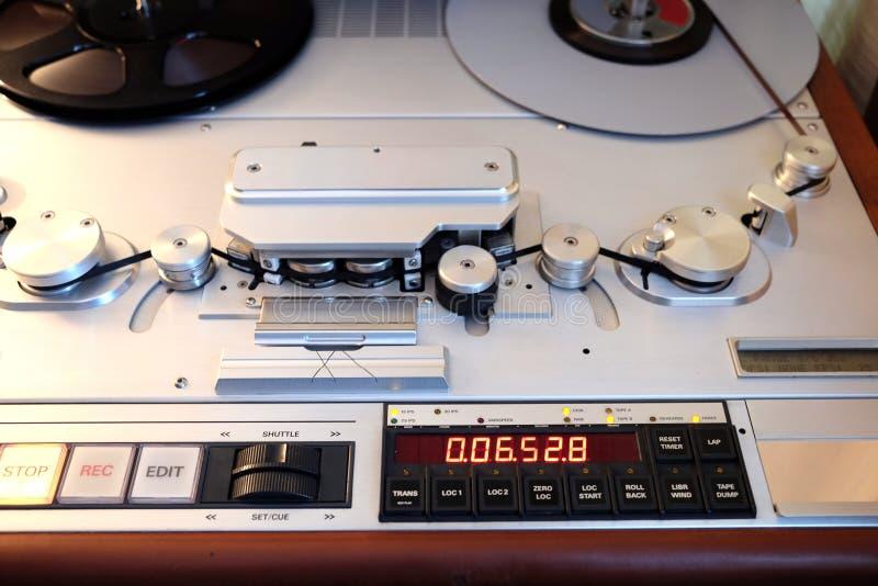 Gravador estereofônico do estúdio moderno com o close up da opinião dianteira de banda magnética imagem de stock