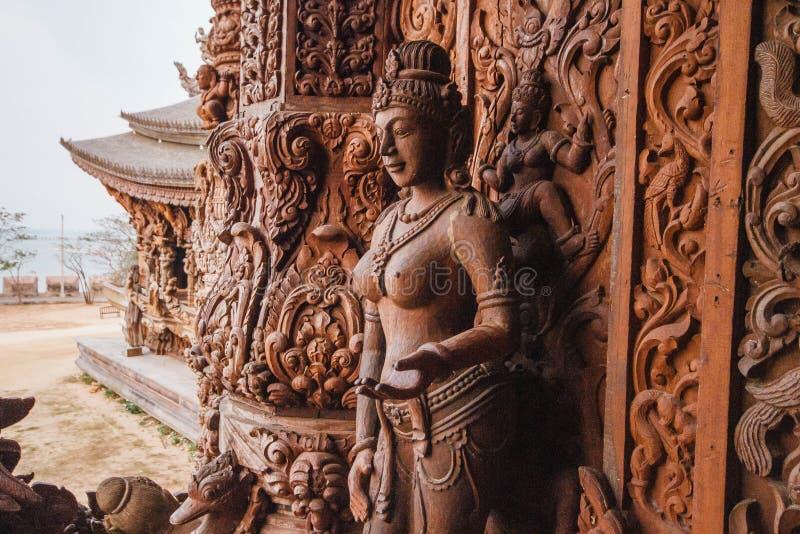Gravando Angel Sculptures de madeira no santuário da verdade em Pattaya Província de Chonburi, Tailândia fotografia de stock royalty free
