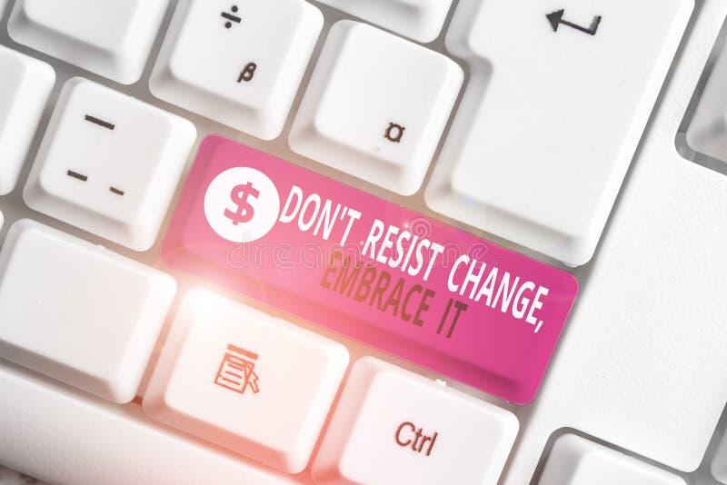 Gravando nota mostrando Don T Resiste Change Embrace It Exibição de fotos de negócios Esteja aberto para mudanças experimente coi fotos de stock royalty free