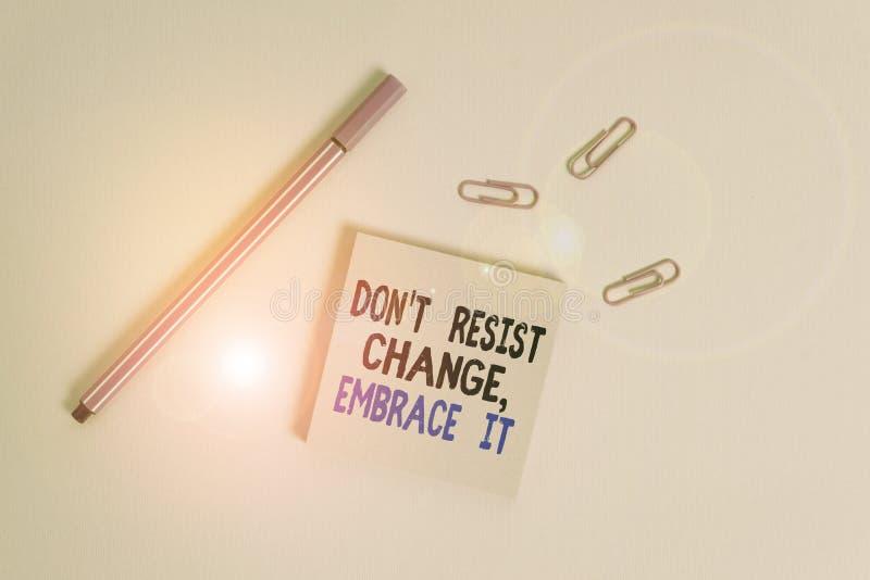 Gravando nota mostrando Don T Resiste Change Embrace It Exibição de fotos de negócios Esteja aberto para mudanças experimente coi imagem de stock royalty free