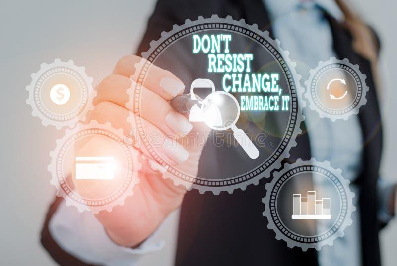Gravando nota mostrando Don T Resisting Change Embrace It Exibição de fotos de negócios Esteja aberto para mudanças experimente n foto de stock royalty free
