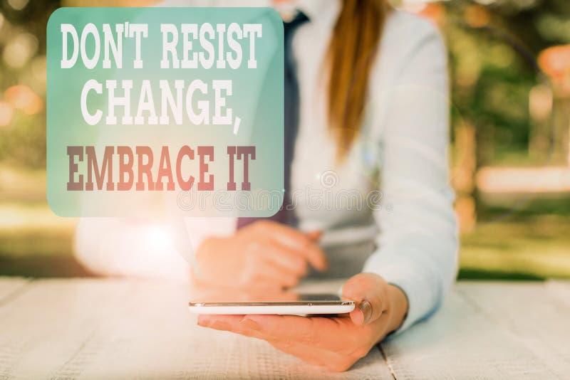 Gravando nota mostrando Don T Resisting Change Embrace It Exibição de fotos de negócios Esteja aberto para mudanças experimente n imagens de stock