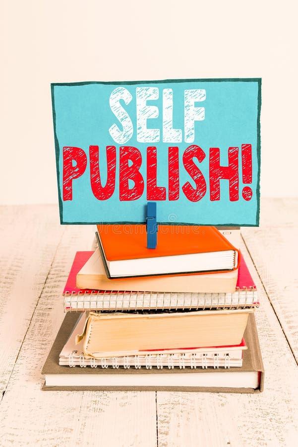 Gravando nota mostrando a Publicação Automática Escritor de fotos de negócios publica parte das que trabalham de forma independen imagens de stock