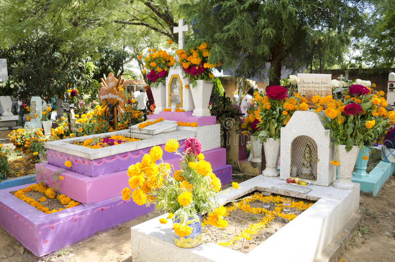 Gravar som dekoreras med blommor arkivbild