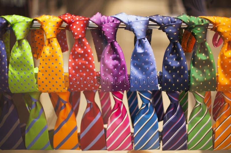 Gravatas na loja Conceito da forma dos homens imagens de stock royalty free