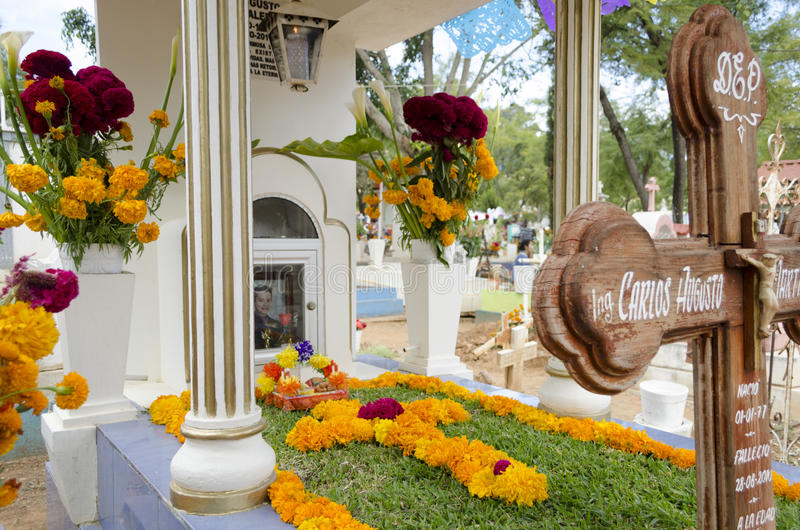 Grave decorated with flowers. OAXACA, OAXACA, MEXICO - NOVEMBER 2, 2016: Grave decorated with flowers at the Oaxaca General Cemetery in Oaxaca City, México stock photos