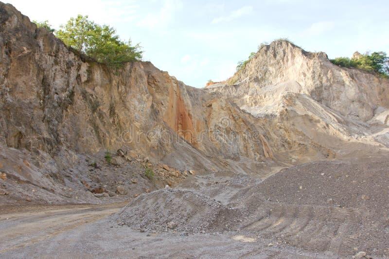 Gravelez et avez écrasé la pierre pour la construction dans l'exploitation à ciel ouvert. images stock