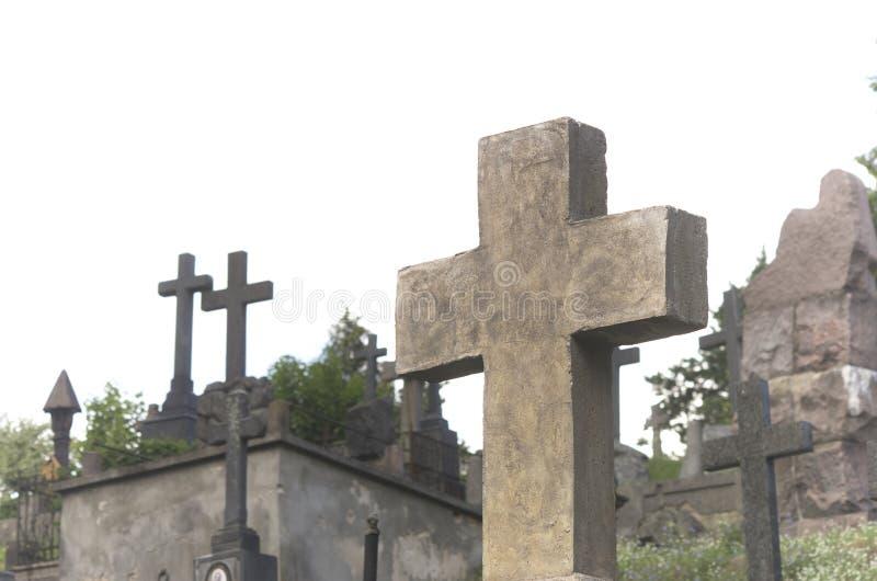 Graven en kruisen bij begraafplaats stock afbeelding