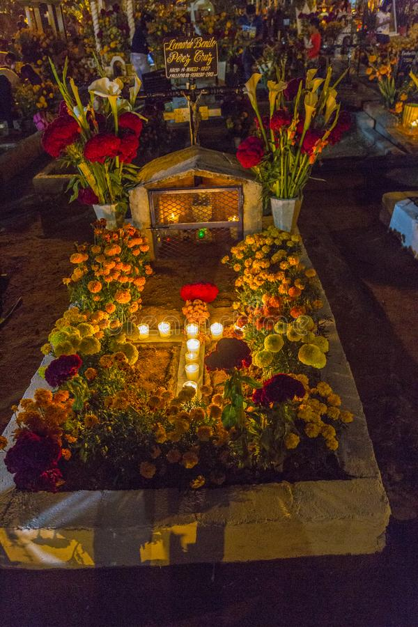 Graven voor Dag van de Doden worden verfraaid die stock foto's