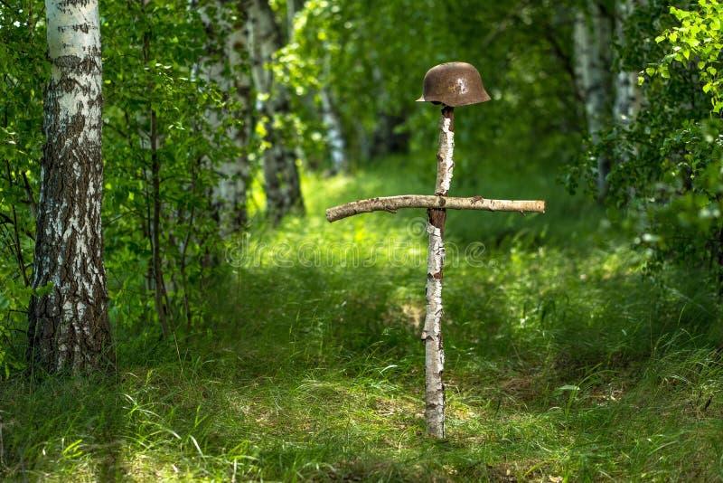 Gravend in het bos de Duitse helm M35 imitatie WW2 terugwinning Rusland stock foto