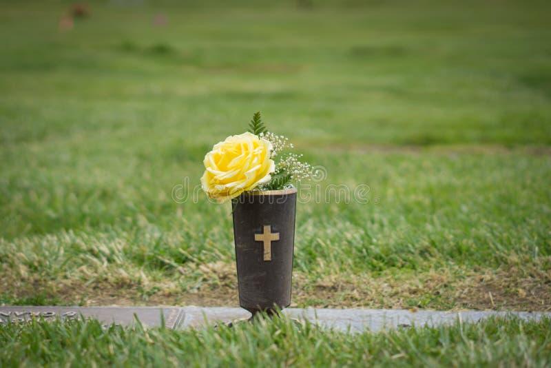 Gravesiden blommar för minnesmärke royaltyfri bild