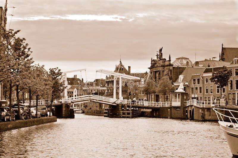 Gravestenenbrug, il ponticello di tiraggio famoso a Haarlem immagini stock libere da diritti