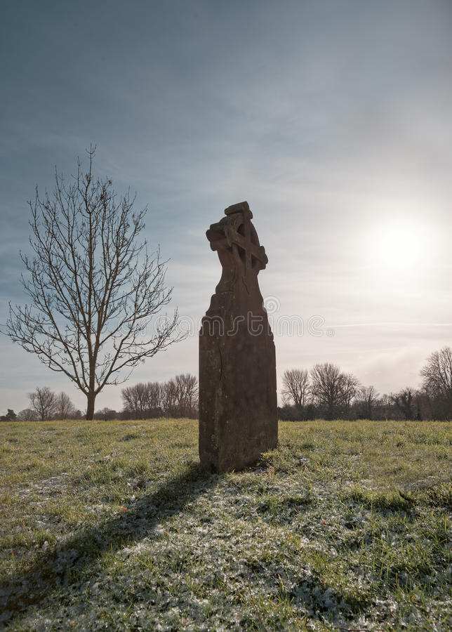 Gravestone na Frosted trawie z drzewem i słońcem zdjęcie stock