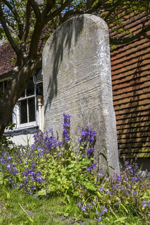 Gravestone w kraju kościół jardzie zdjęcia stock