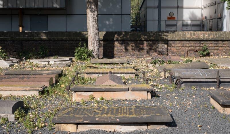 Gravestones przy Novo cmentarzem, historyczny Sephardi Żydowski miejsce pochówku w Milowej końcówce Mech i liszaj r na gravestone fotografia royalty free