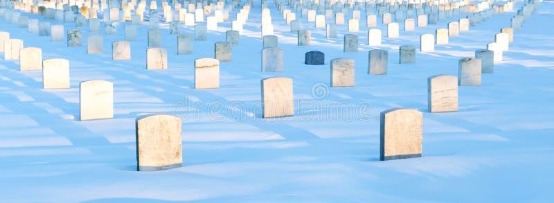Gravestons en nieve imagenes de archivo