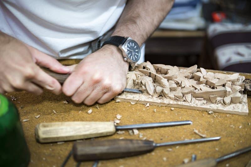 Graveur en bois au travail pour la gravure sur bois images libres de droits