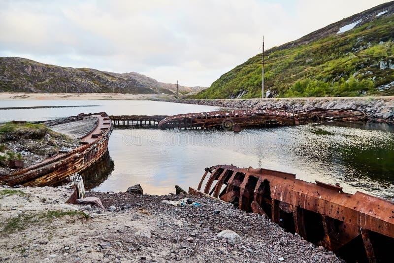 Graveyard van oude schepen in Teriberka in Rusland stock fotografie