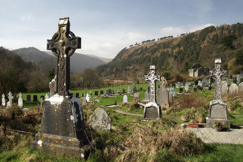 Graveyyard на руинах в долине Glendalough, горах национальном парке ` s Monastary St Кевина Wicklow, Wicklow Ирландии стоковое изображение rf