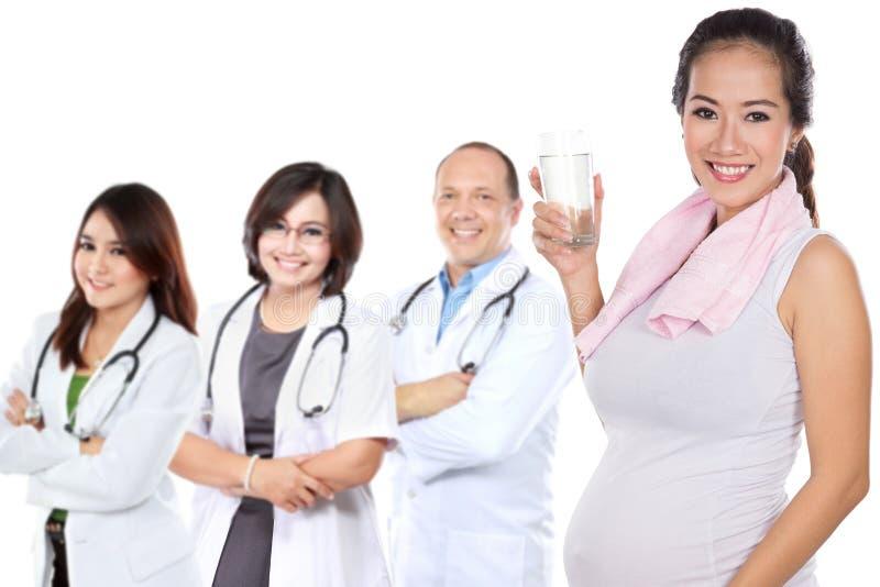 Gravid asiatisk kvinna som gör övning royaltyfria foton