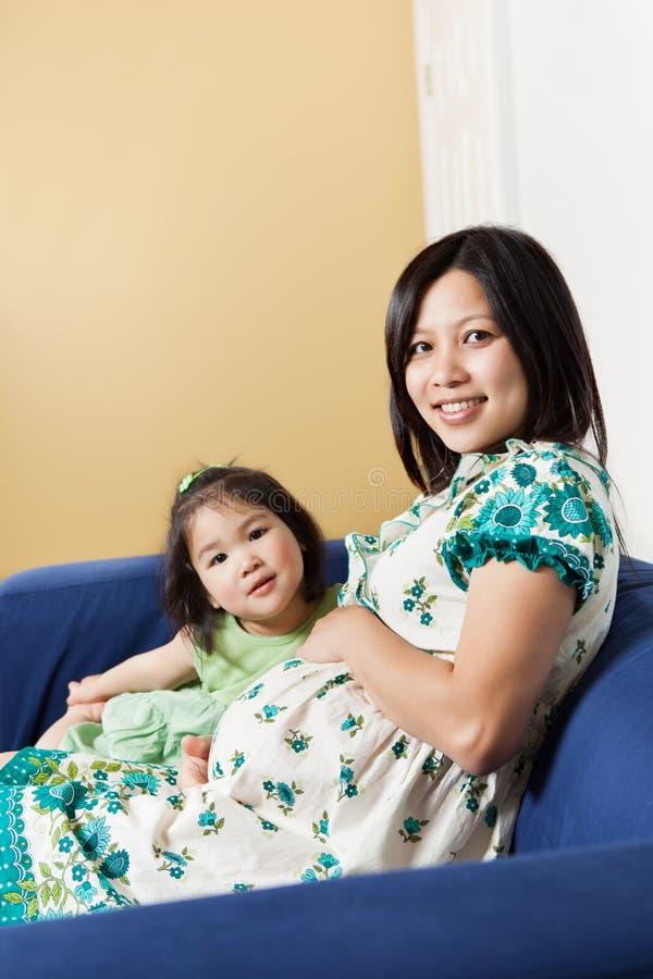 Gravid asiatisk moder och henne dotter arkivfoto