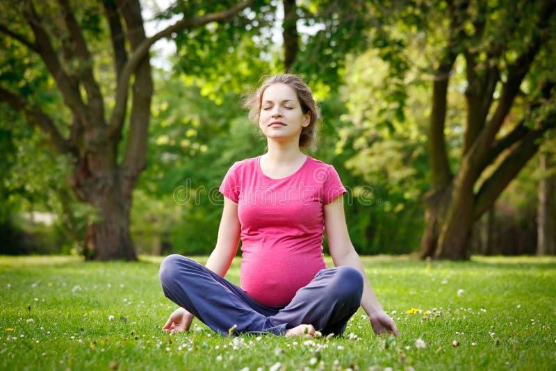 gravid avslappnande kvinna arkivbilder