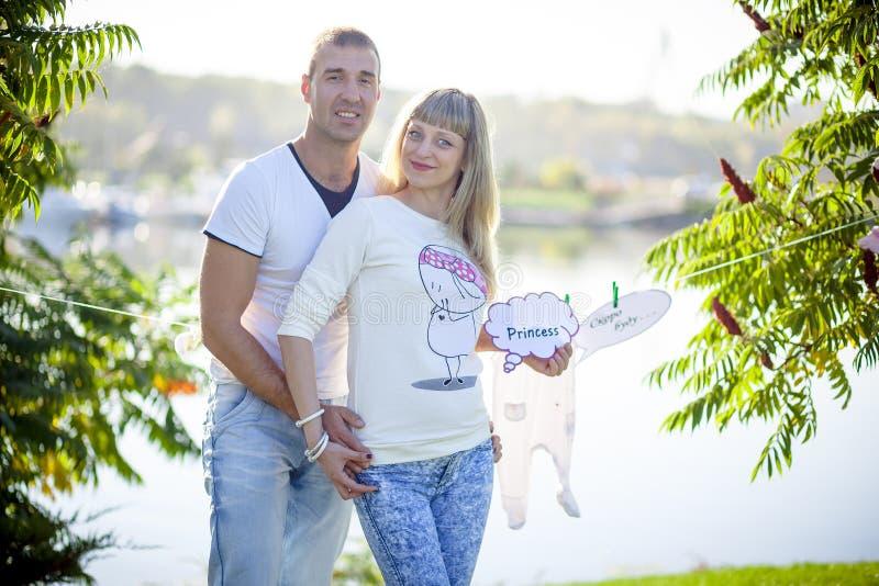 gravid barn för par fotografering för bildbyråer