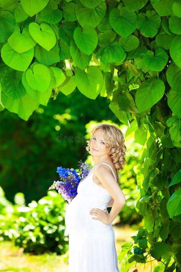 Gravid caucasian kvinna arkivfoto