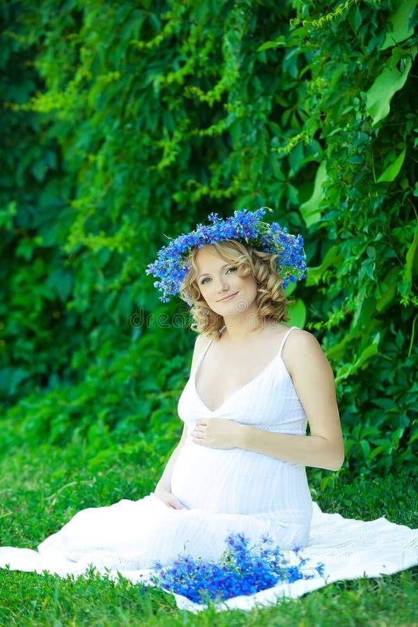 Gravid caucasian kvinna royaltyfria bilder