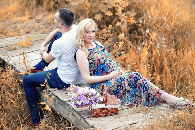 Gravid flicka för höstbarn på ett datum royaltyfria foton