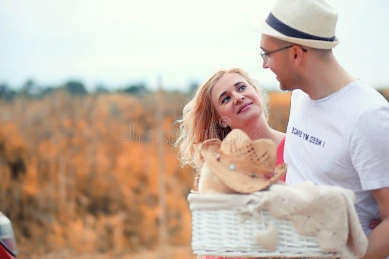 Gravid flicka för höstbarn på ett datum arkivfoto