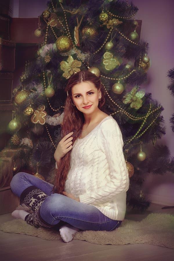 Gravid flicka i en tröja och sockor fotografering för bildbyråer