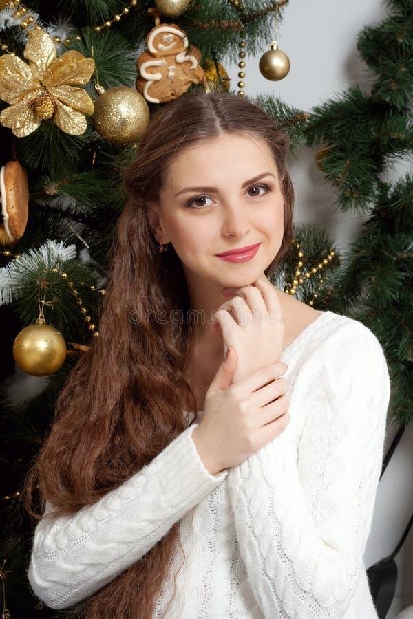 Gravid flicka mot bakgrunden av julgranar royaltyfria bilder