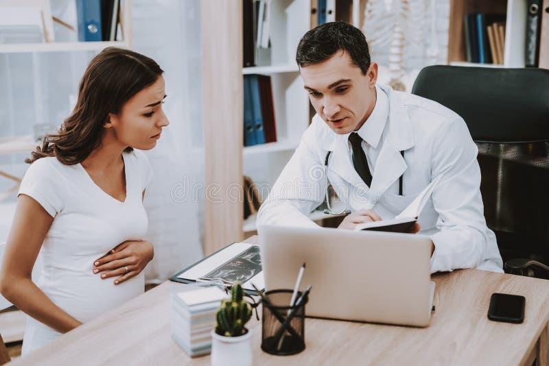 Gravid flicka på gynekologen Doctor arkivfoto