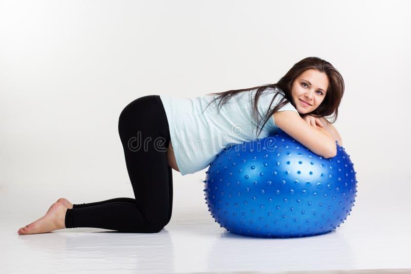 Gravid flicka som övar pilates med fitball royaltyfria bilder