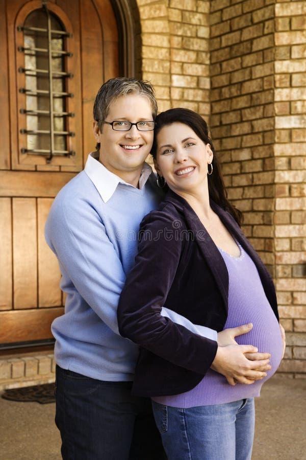 gravid fru för holdingmaka arkivfoto