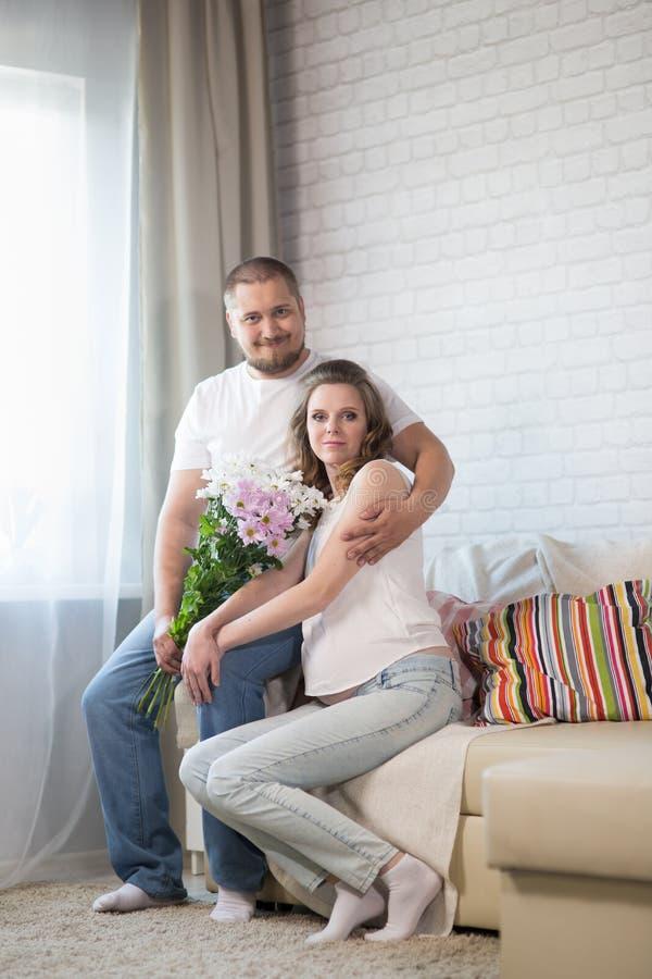 gravid fru för maka royaltyfri bild
