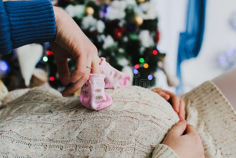 gravid fru för maka Rörande buk för man av gravida kvinnan Familjen som väntar på, behandla som ett barn royaltyfri foto