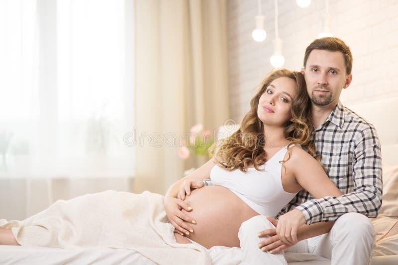 Gravid fru och make arkivfoton
