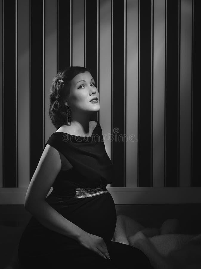 Gravid Hollywood kvinna royaltyfria bilder