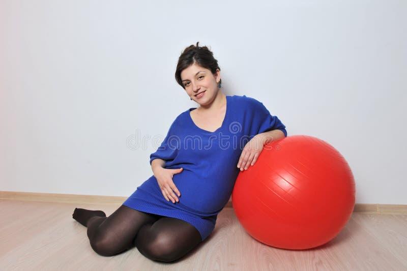 Gravid kvinnaövningar fotografering för bildbyråer